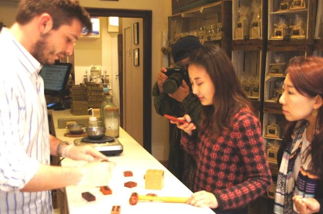 Sylvain Dijon, maître savonnier et l'équipe coréenne du magazine Allure