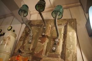 Des isolateurs EDF et une vieille porte devenus porte-manteaux.